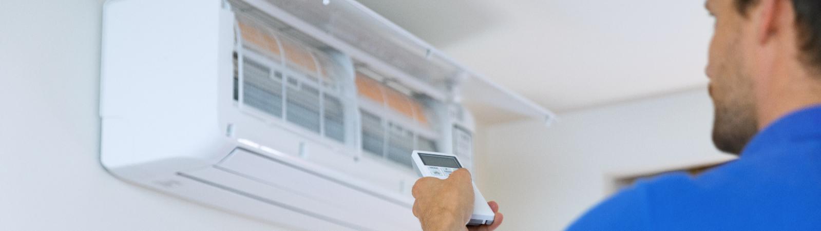 Handwerker installiert Klimagerät