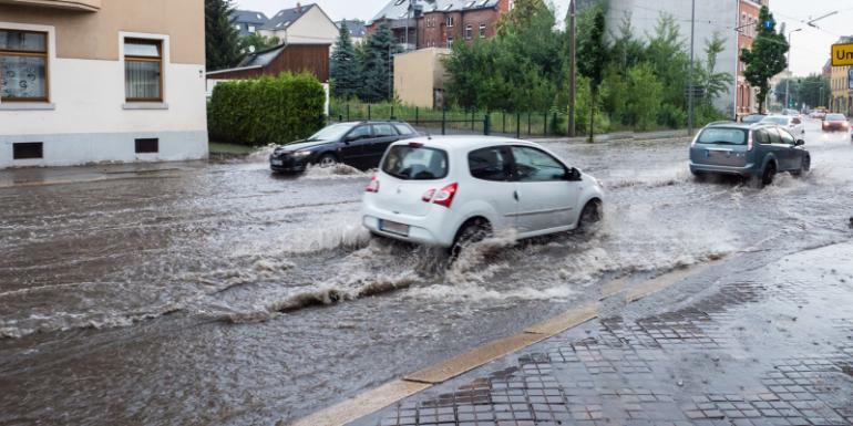 Starkregen Straße überflutet Keller in Gefahr