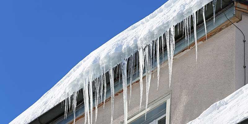 Bei Eis und Schnee Dach sichern