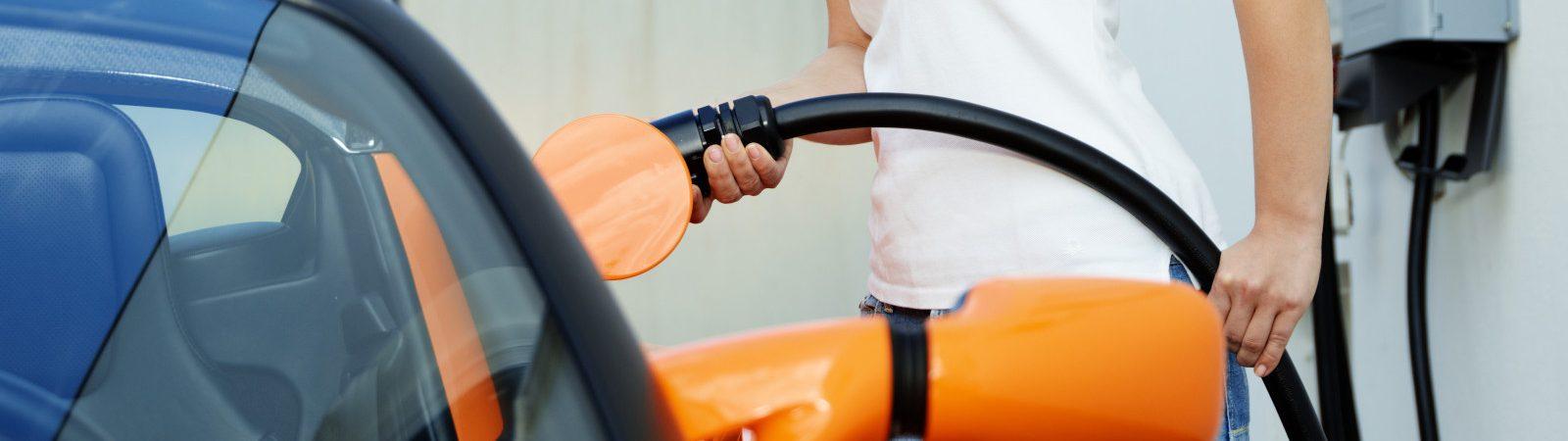 Elektroauto Förderung: Frau lädt Elektroauto an Wallbox